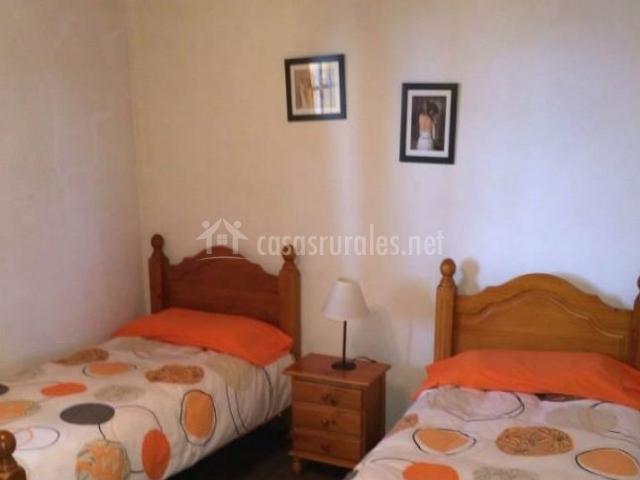 Dormitorio doble con camas individuales y detalles