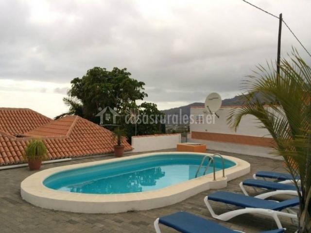 Vistas de la piscina en la parte superior con hamacas
