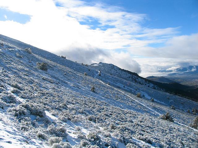 La Bola del Mundo es uno de los picos m‡s pr—ximos al Puerto de Navacerrada. Tiene una altura de 2.265 metros, pero el desnivel desde el Puerto de Navacerradas apenas es de 300 metros. Sobre su ladera se encuentra la estaci—n de Valdesqu'.
