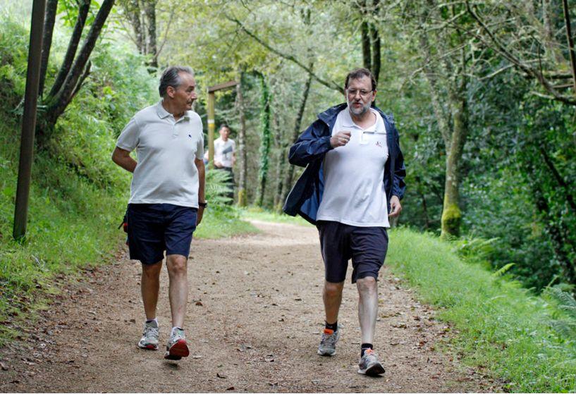 Mariano Rajoy durante un paseo en Ribadumia