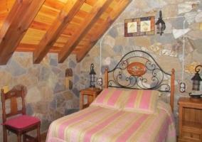 Dormitorio de matrimonio abuhardillado con ventana