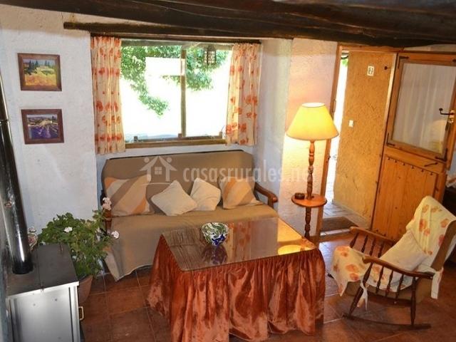 Salon con chimenea en la casa rural