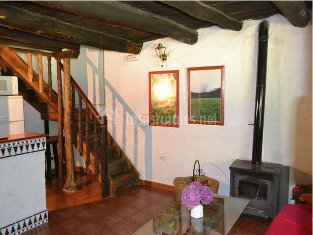 Salon de la casa rural con escaleras
