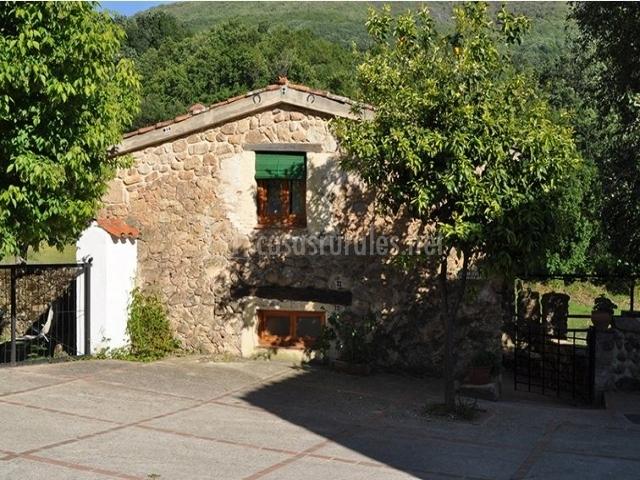 Vistas de la fachada de la casa rural