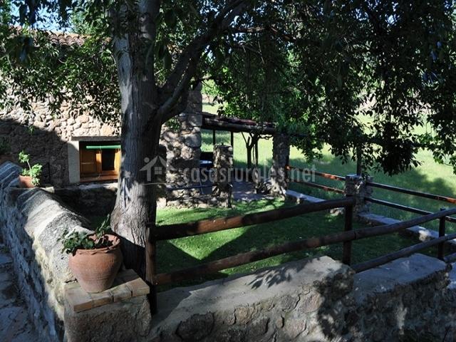 Zona de jardines con muro de piedra