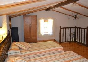 Dormitorio doble en la buhardilla de la casa rural