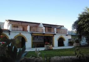 Fachadas blancas con terrazas