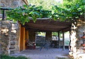 Vistas del porche y jardin de la casa rural