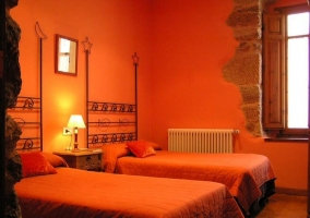 Dormitorio adaptado con colchas de cuadros