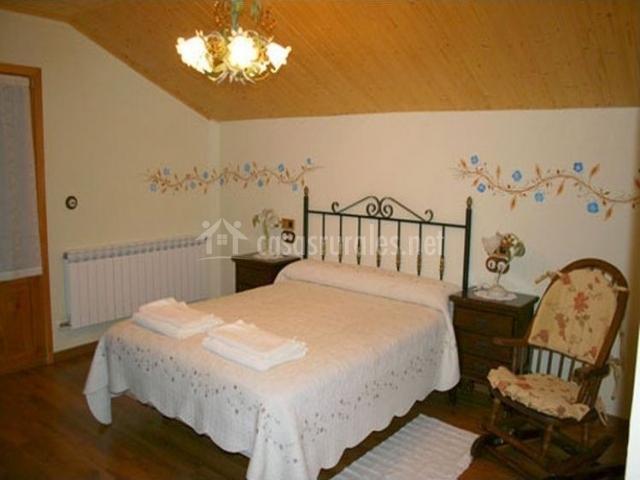 Dormitorio con cama grande abuhardillado