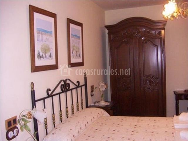 Dormitorio con cama grande y muebles de madera
