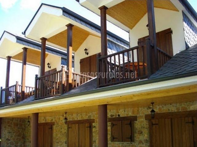 Fachada lateral con balcones