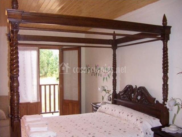 Suitte con cama de madera