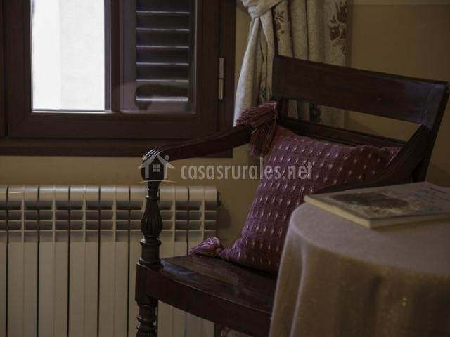 La casa del maestro en tardelcuende soria for Dormitorio granate