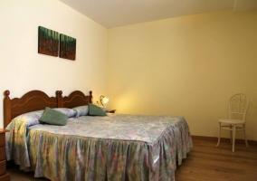 Dormitorio con camas individuales con colchas de rayas
