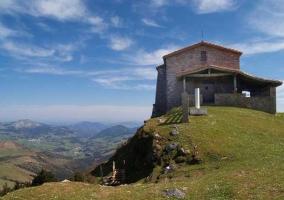 Ermita sobre una colina