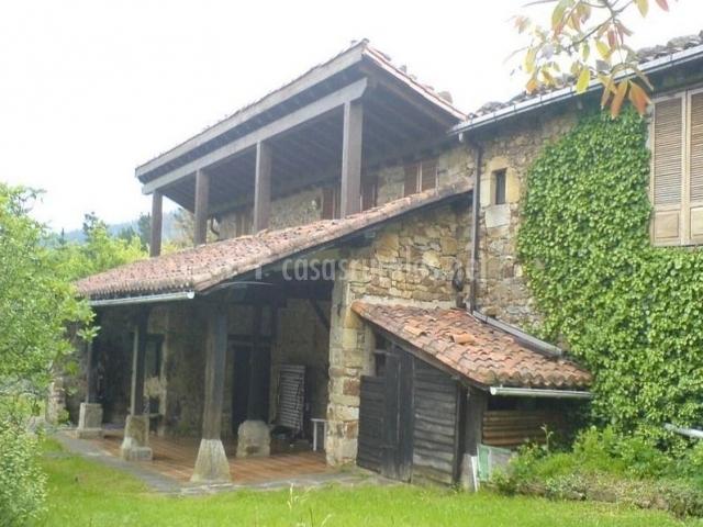 Jardín y porche de la casa