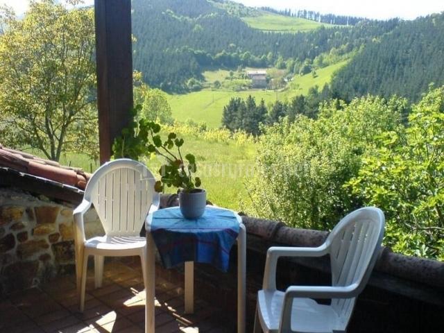 Mesa en la terraza y verdes campos