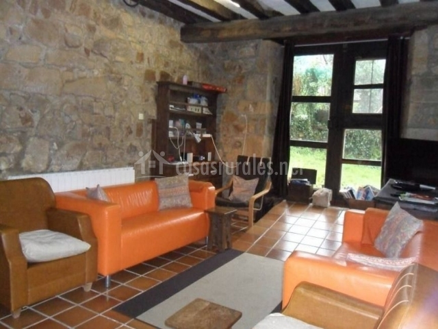 Sofás naranjas en la sala de estar