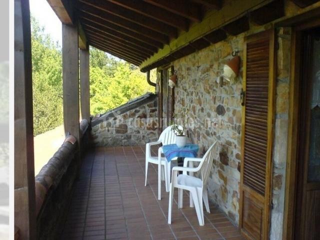 Mesa y sillas blancas en la terraza