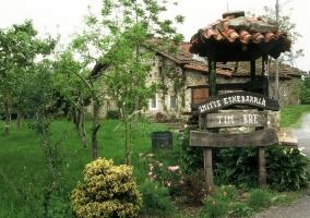 Entrada a la vivienda y zona con jardines