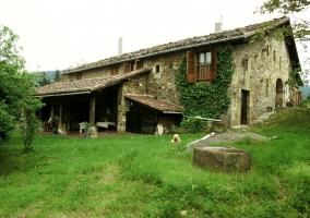 La vivienda con el porche de piedra