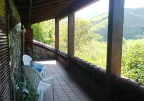 Vista del porche con mobiliario blanco