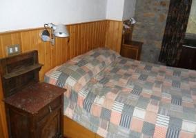 Mesa de noche y cama grande