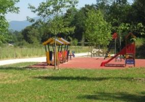 Tobogán y columpios en el parque infantil