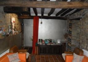 Salón con paredes de piedra