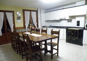Cocina con mesa grande