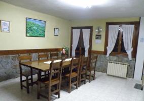 Mesa en la amplia cocina