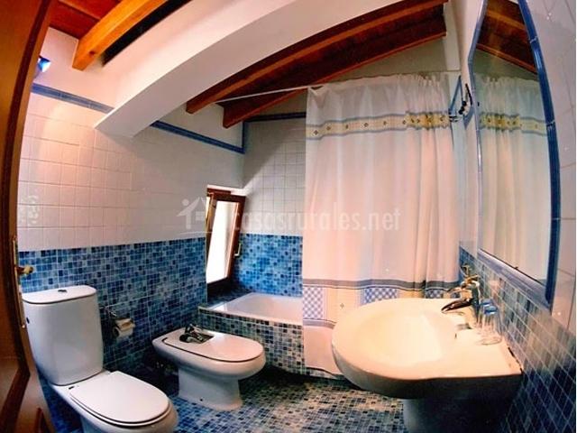 Baño completo de azulejos azules