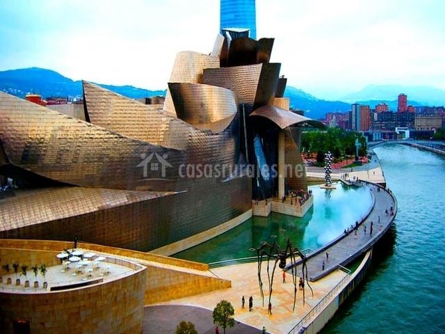 Museo Guggenheim junto a la ria