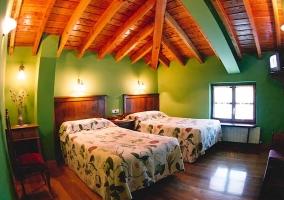 Habitación abuhardillada de paredes verdes