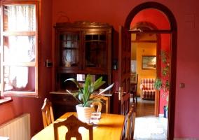 Sala roja con mesa y armario