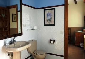 Baño con azulejos azules y blancos