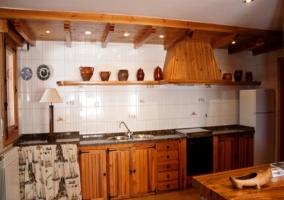 Cocina de madera con mesa