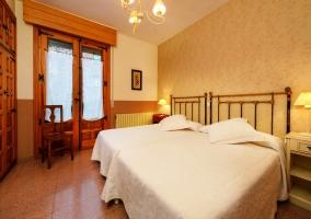 Dormitorio con dos camas individuales y detalles de madera