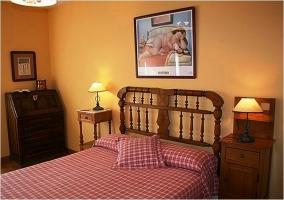 Dormitorio de matrimonio con edredón de cuadros