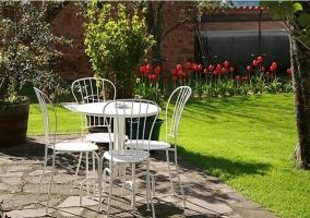 Jardín con mobiliario y tulipanes