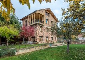 La vivienda con zona de jardín y paredes de piedra