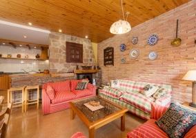 Salón con paredes de ladrillo y chimenea
