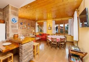 Zona del salón comedor con techos de madera