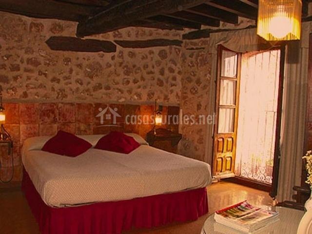Maderolum casas rurales en maderuelo segovia - Habitacion roja y blanca ...