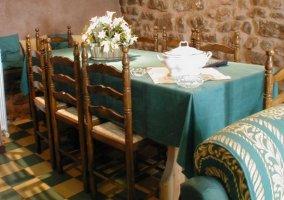 Mesa de comedor con sillas de madera