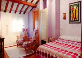 Dormitorio Cruz con colcha de lunares