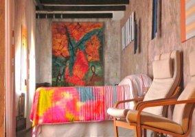 Dormitorio Lola con grandes cuadros