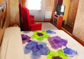 Dormitorio Yoli con colcha de flores