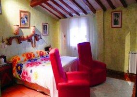 Dormitorio Yoli con sofás